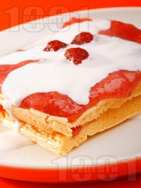 Пухкава дебела голяма палачинка в тава с прясно мляко на фурна със сладко от ягоди и сметана - снимка на рецептата